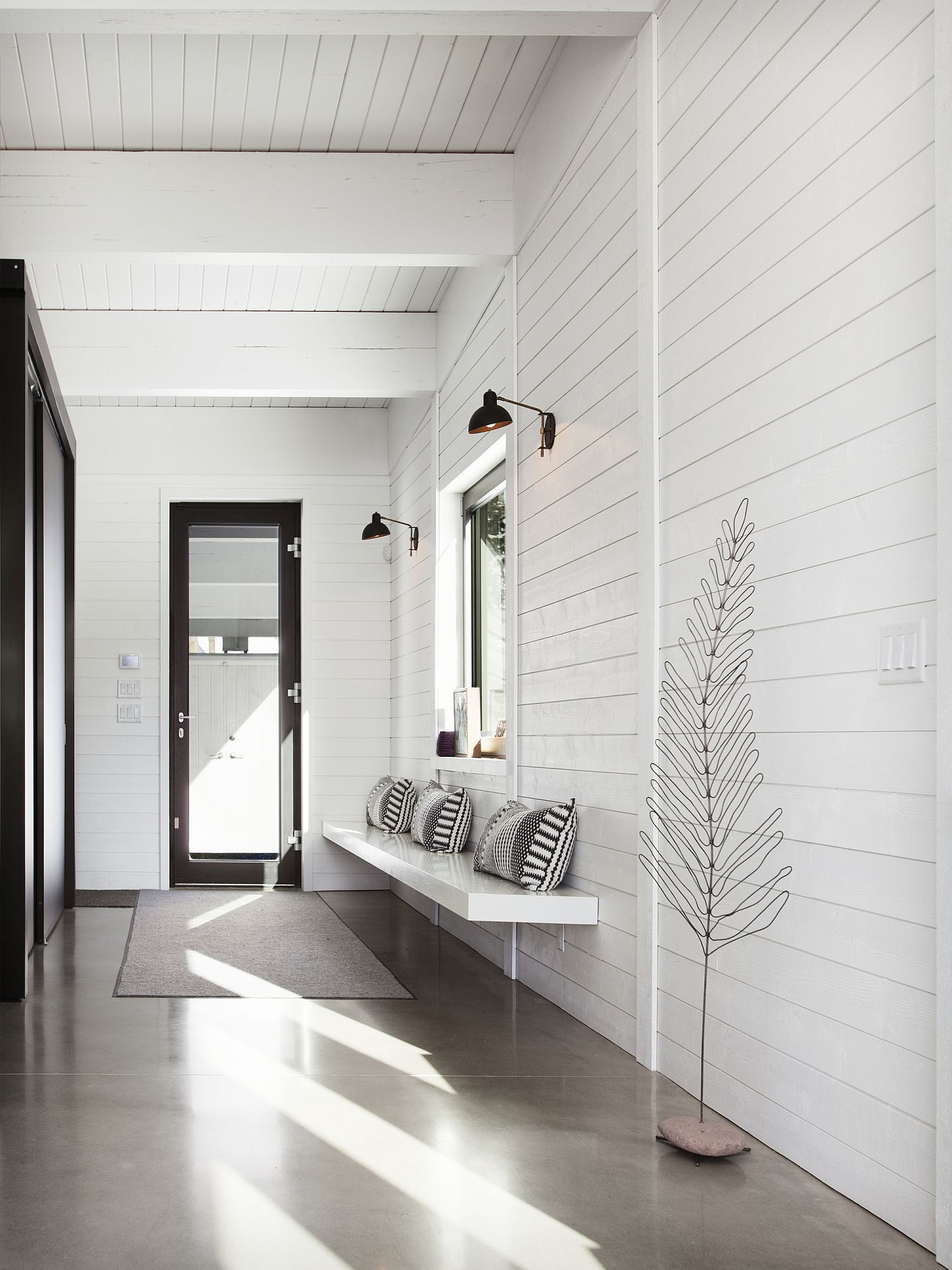 Simple-and-elegant-mud-room-of-the-mountain-cottage
