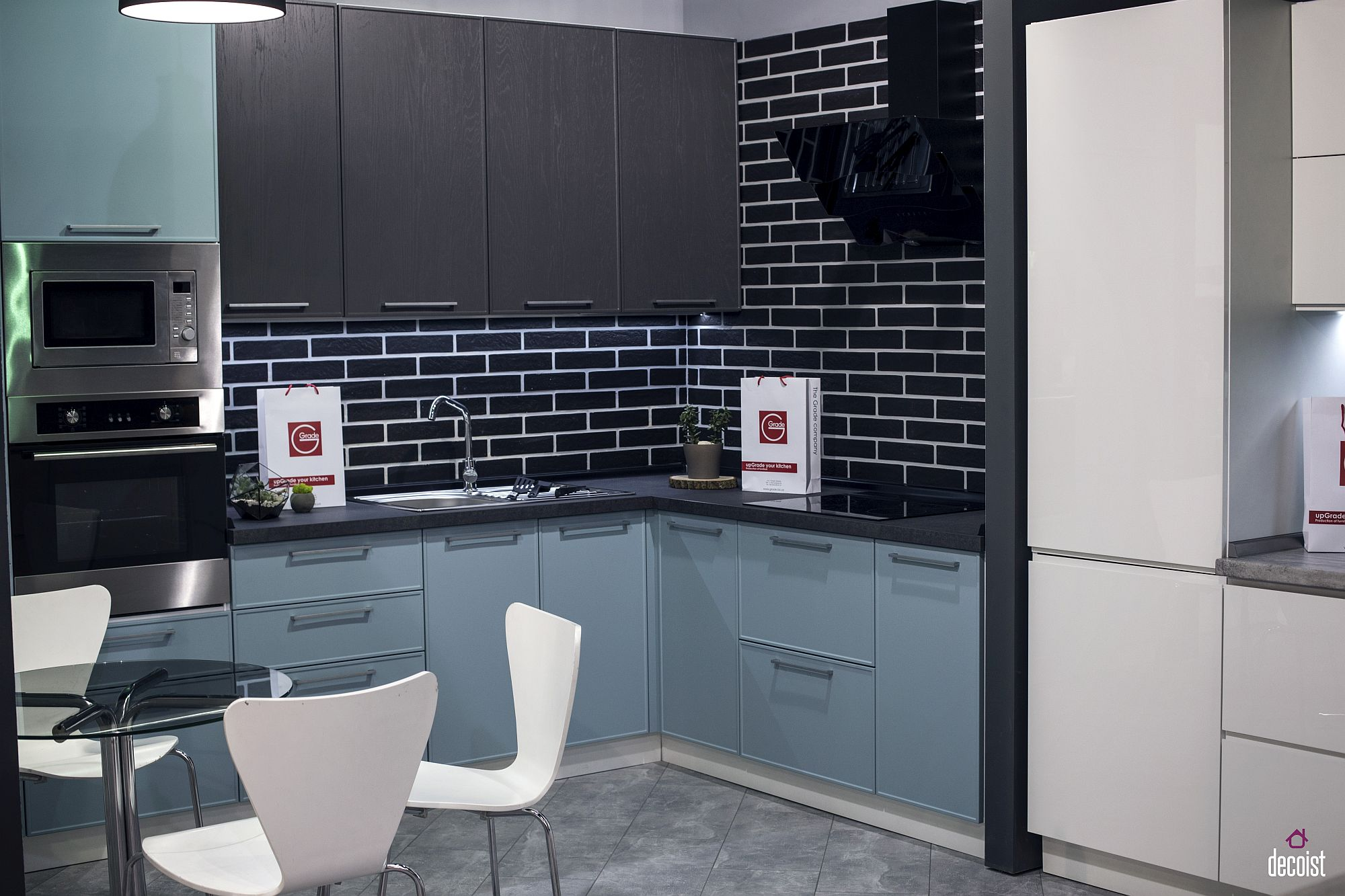 Smart-blend-of-gray-blue-white-and-black-in-the-kitchen