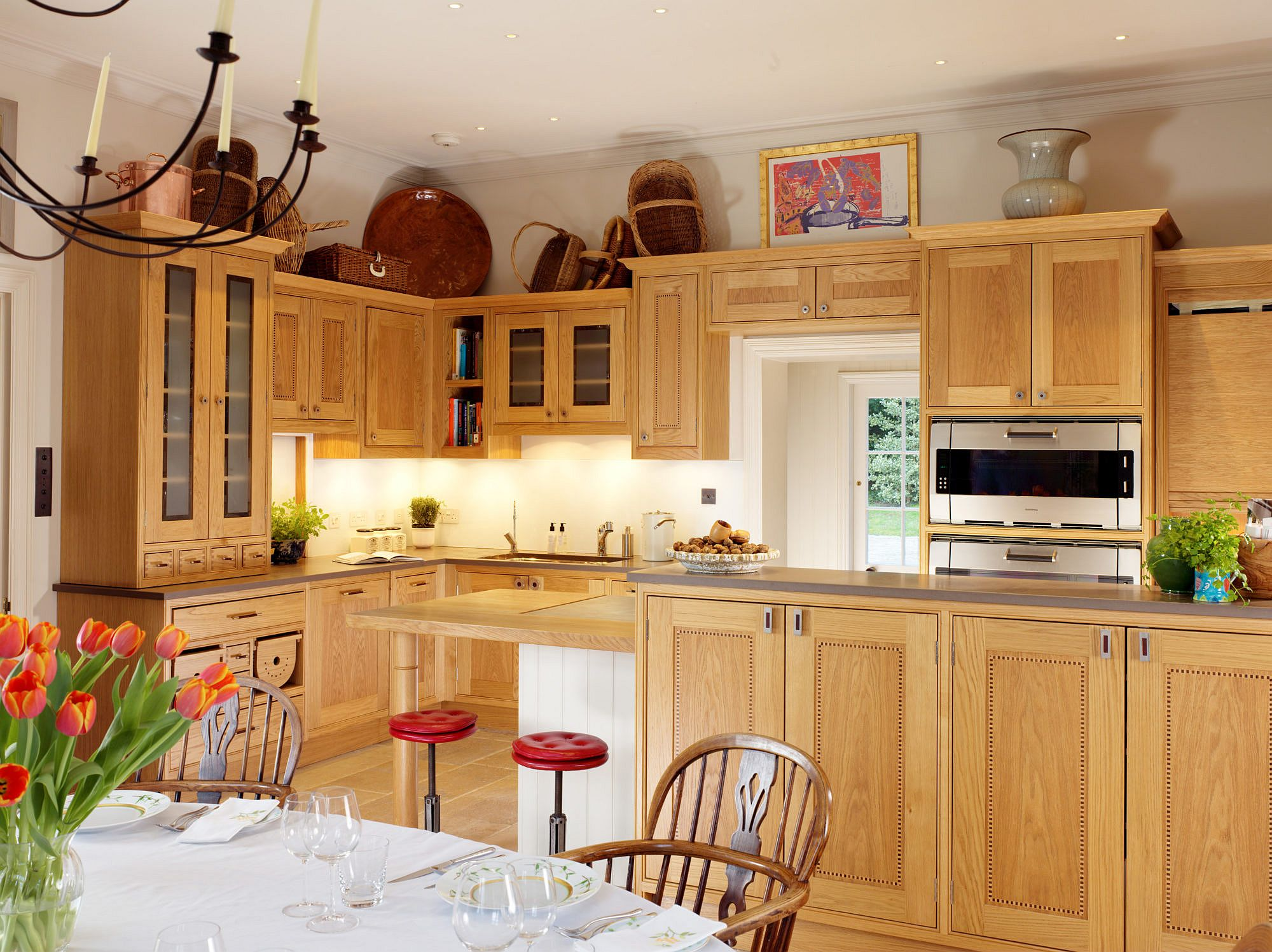 Wooden-cabinets-can-give-the-kitchen-in-corner-its-own-unique-style