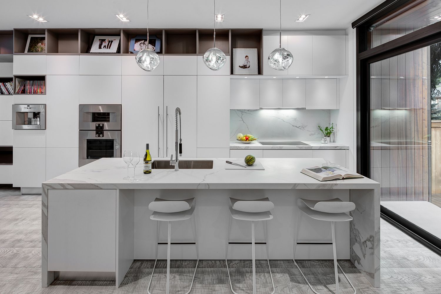 All-white-kitchen-of-the-house-with-a-stunning-central-island