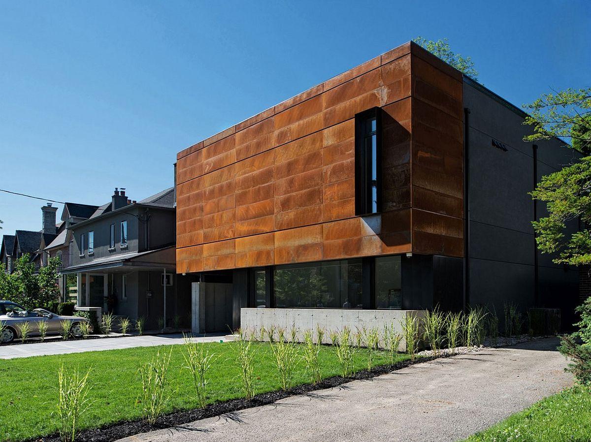Cor-Ten-steel-face-of-the-modern-residence-in-Toronto