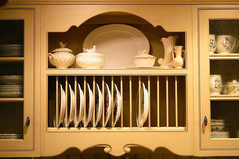 Make sure that the style and design of the plate rack matches that of the shelving next to it