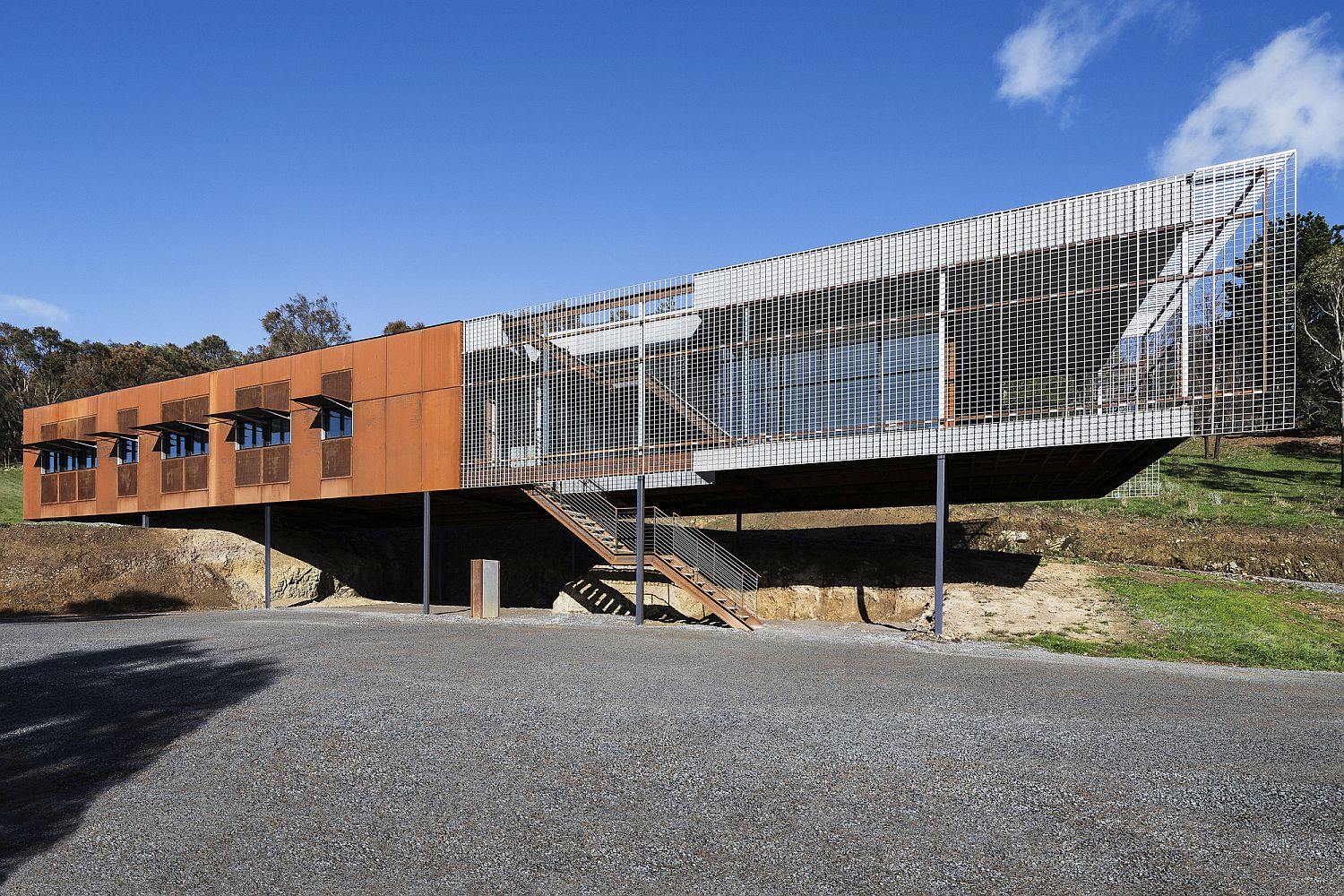 Metallic-exterior-of-the-Aussie-home-is-perfect-for-the-rough-weather-outside