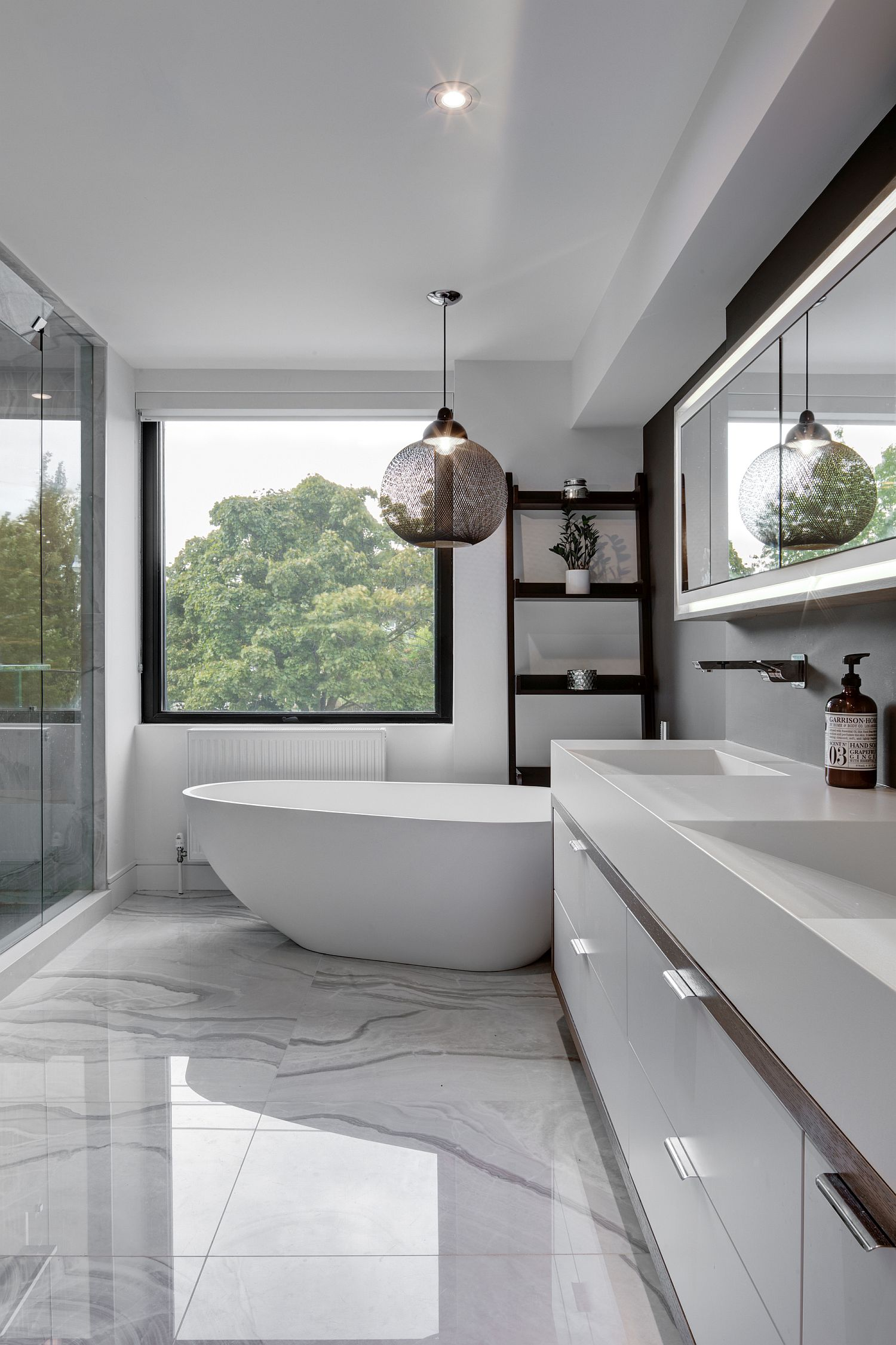 Polished-marble-flooring-for-the-contemporary-bathroom-in-white