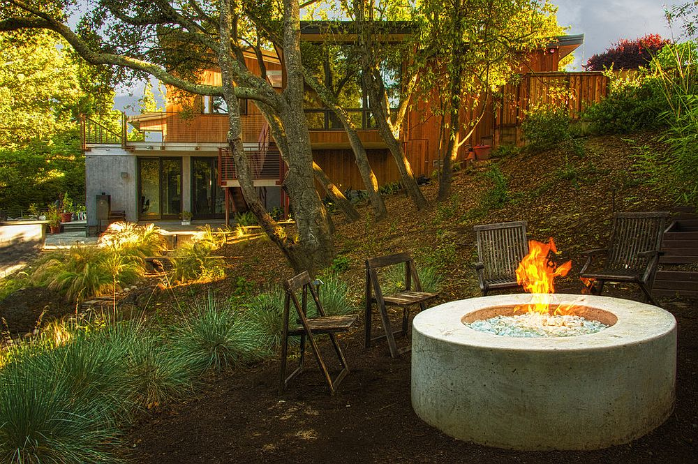 A casual approach to seating around the fire pit