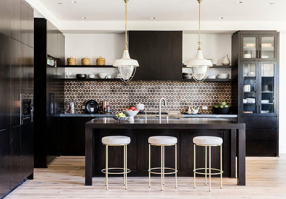 Color-of-the-backsplash-complements-that-of-the-kitchen-cabinets-beautifully