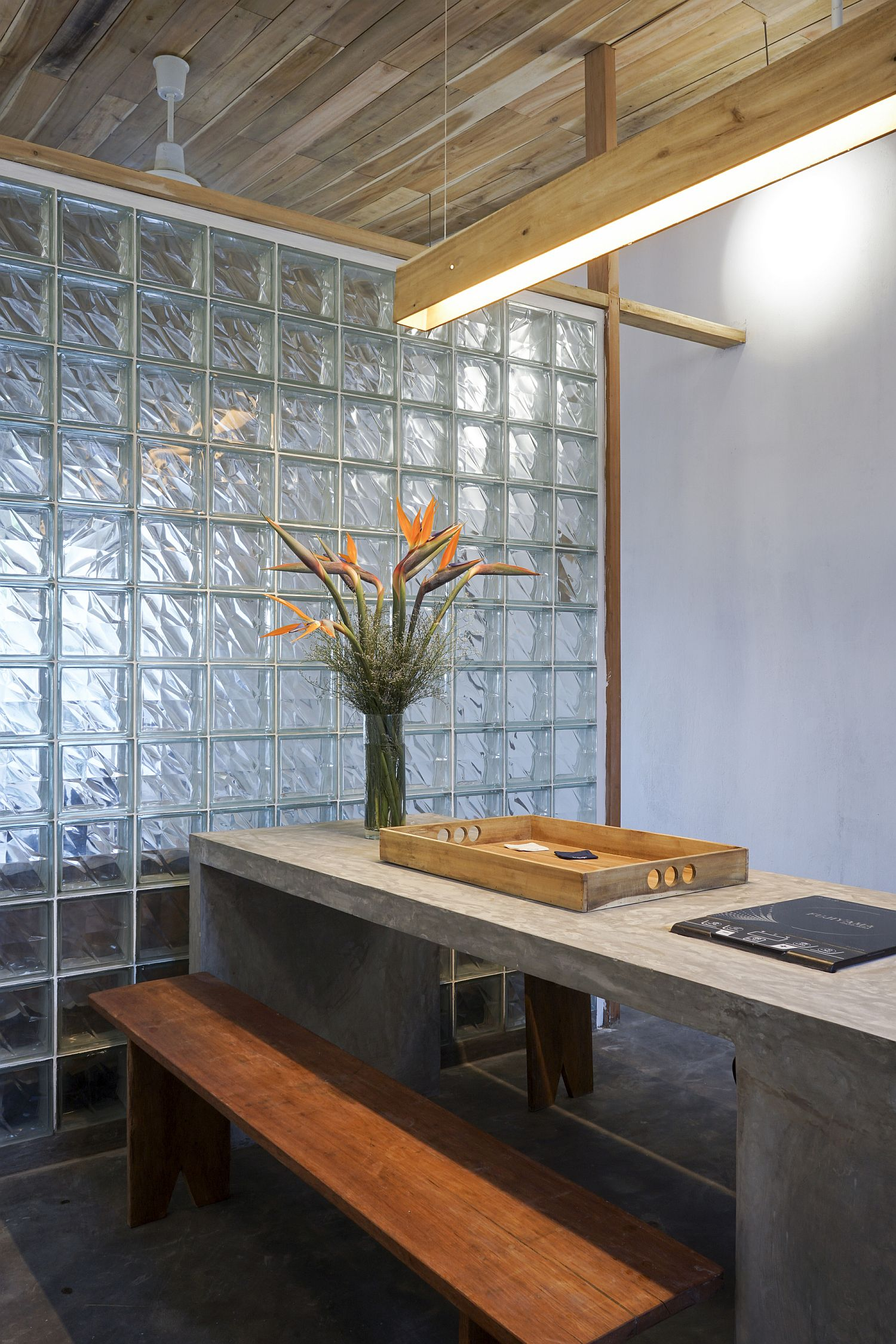Concrete-dining-table-with-wooden-bench-keeps-things-simple-and-minimal