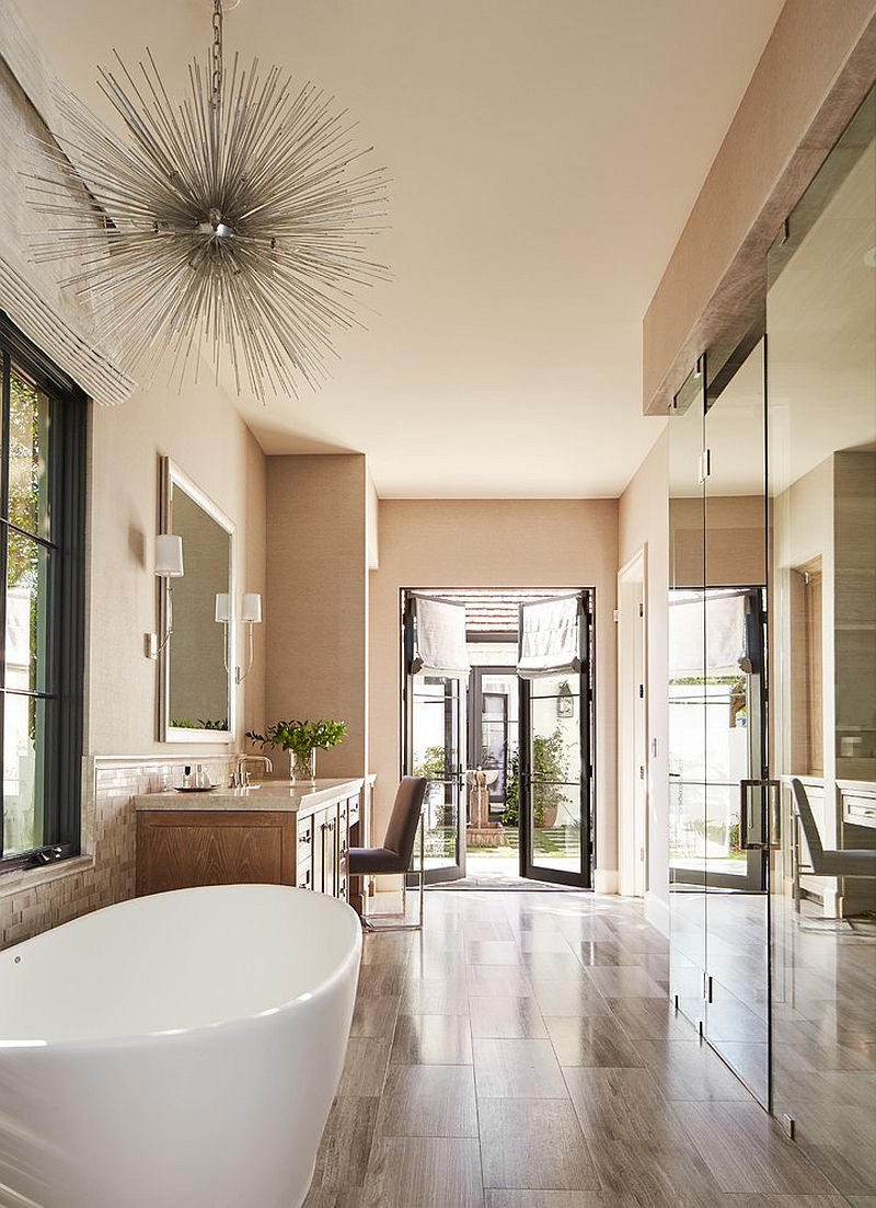 Expansive-bathroom-in-beige-with-an-air-of-luxury
