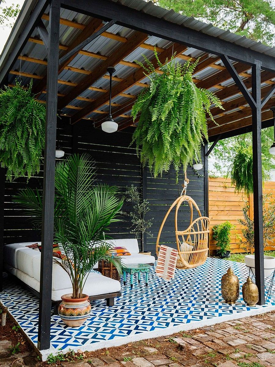 It is the ceiling that defines the form of this lovely patio full of greenery