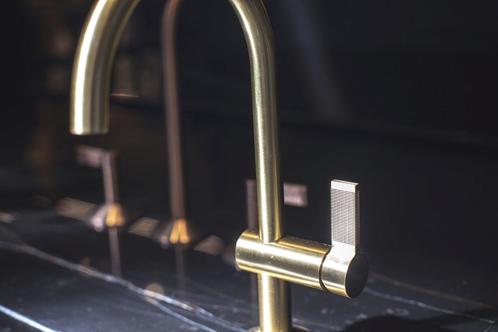 LIGNAGE faucet in mass bronze with textured lever