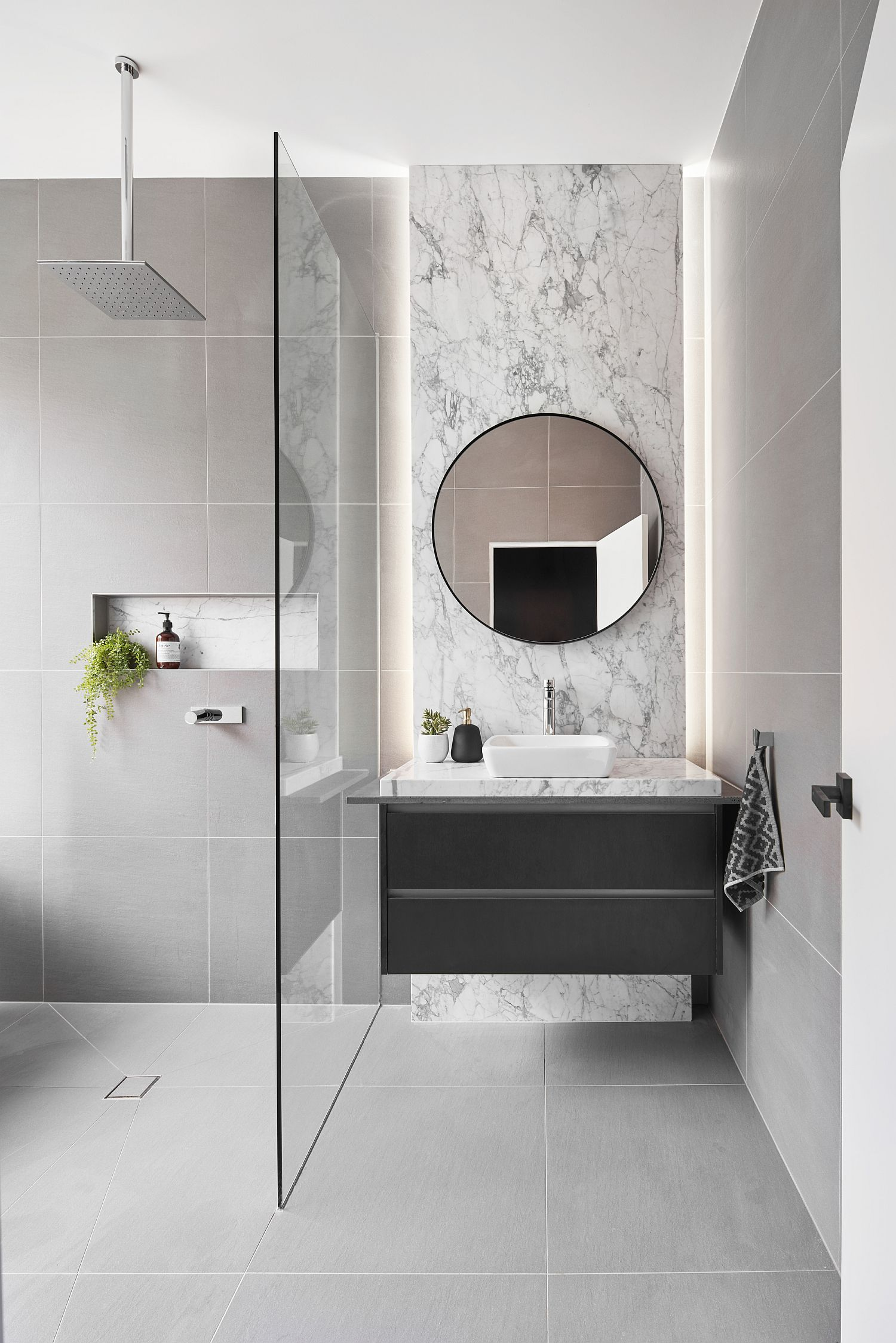 Marble brings sophisticaton to the minimal modern bathroom
