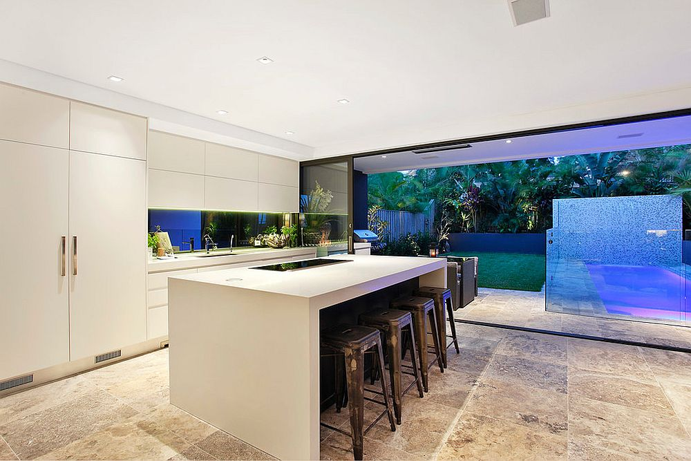 Polished-reflective-backsplash-brings-a-dash-of-the-outdoors-inside