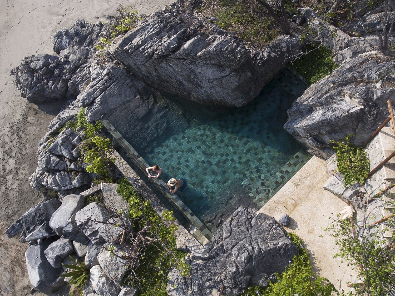 Pool-design-combines-nature-with-luxury