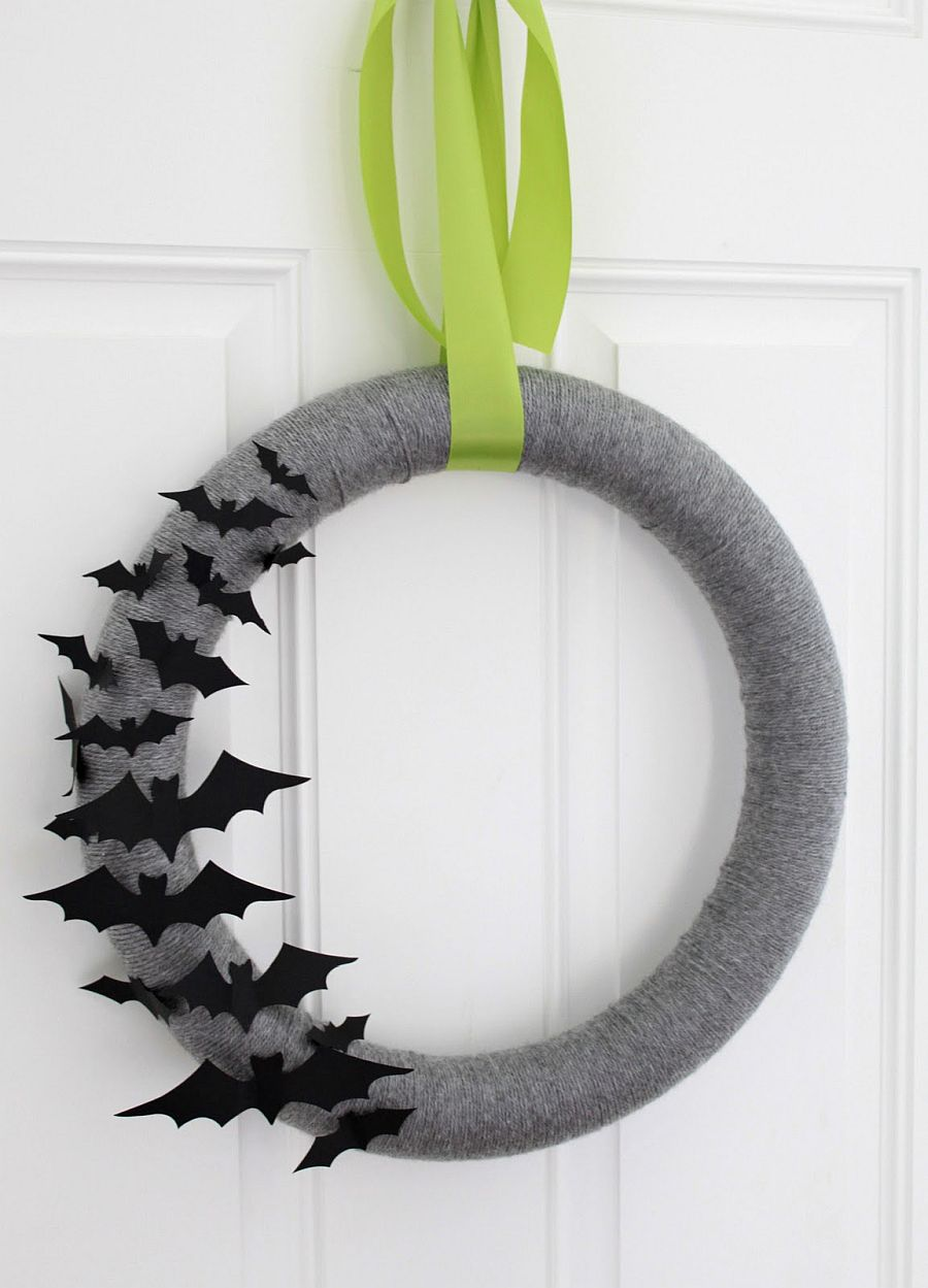 Simple yarn-wrapped halloween wreath idea