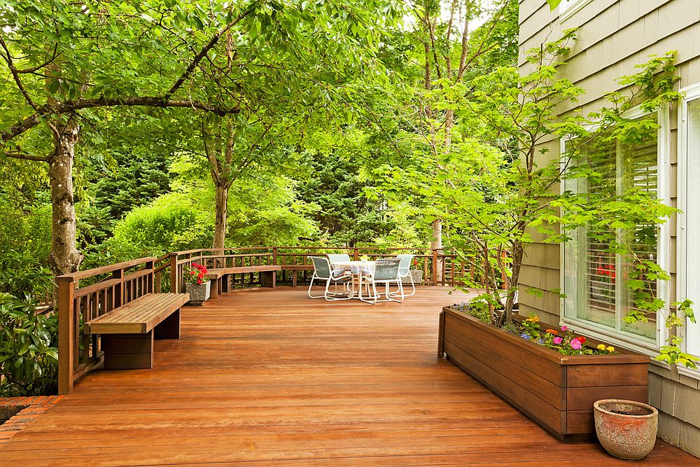 Spacious-deck-with-a-cozy-meeting-point-at-the-end-with-greenery-all-around