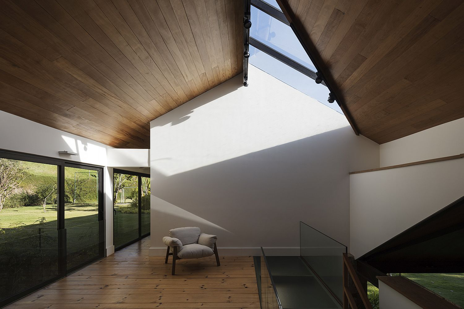 Spacious-interior-and-skylights-create-a-gorgeous-upper-level-at-the-AS-House