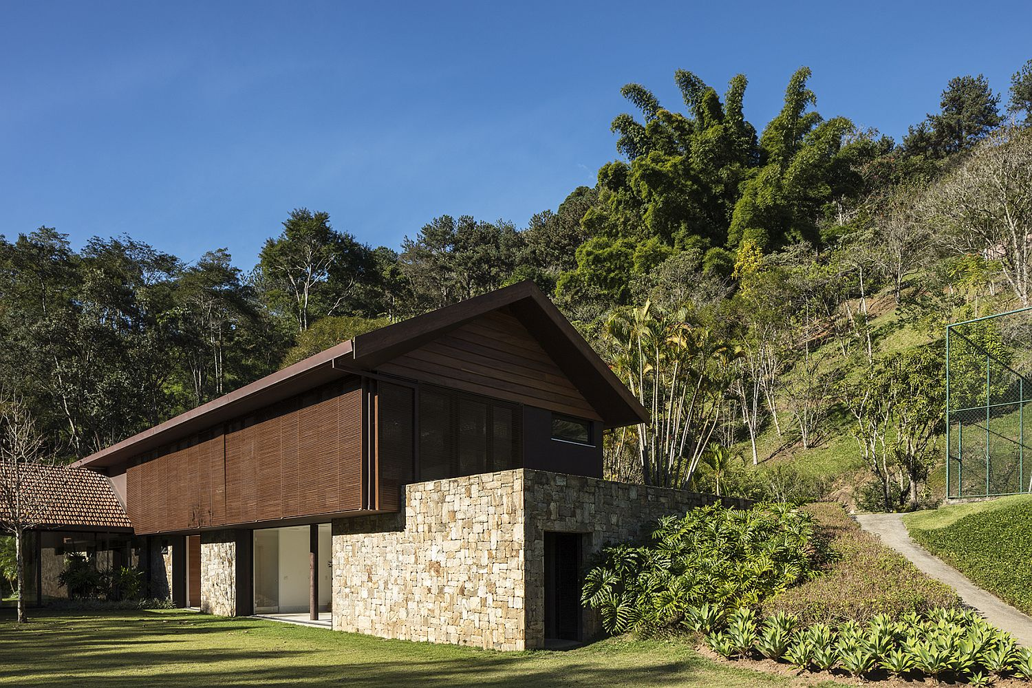 Stone Wood and Natural Wonder: Exquisite AS House in Brazil