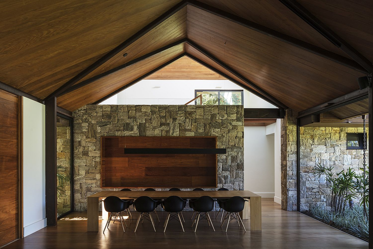 Stone-walls-make-an-appearance-inside-the-house-as-well