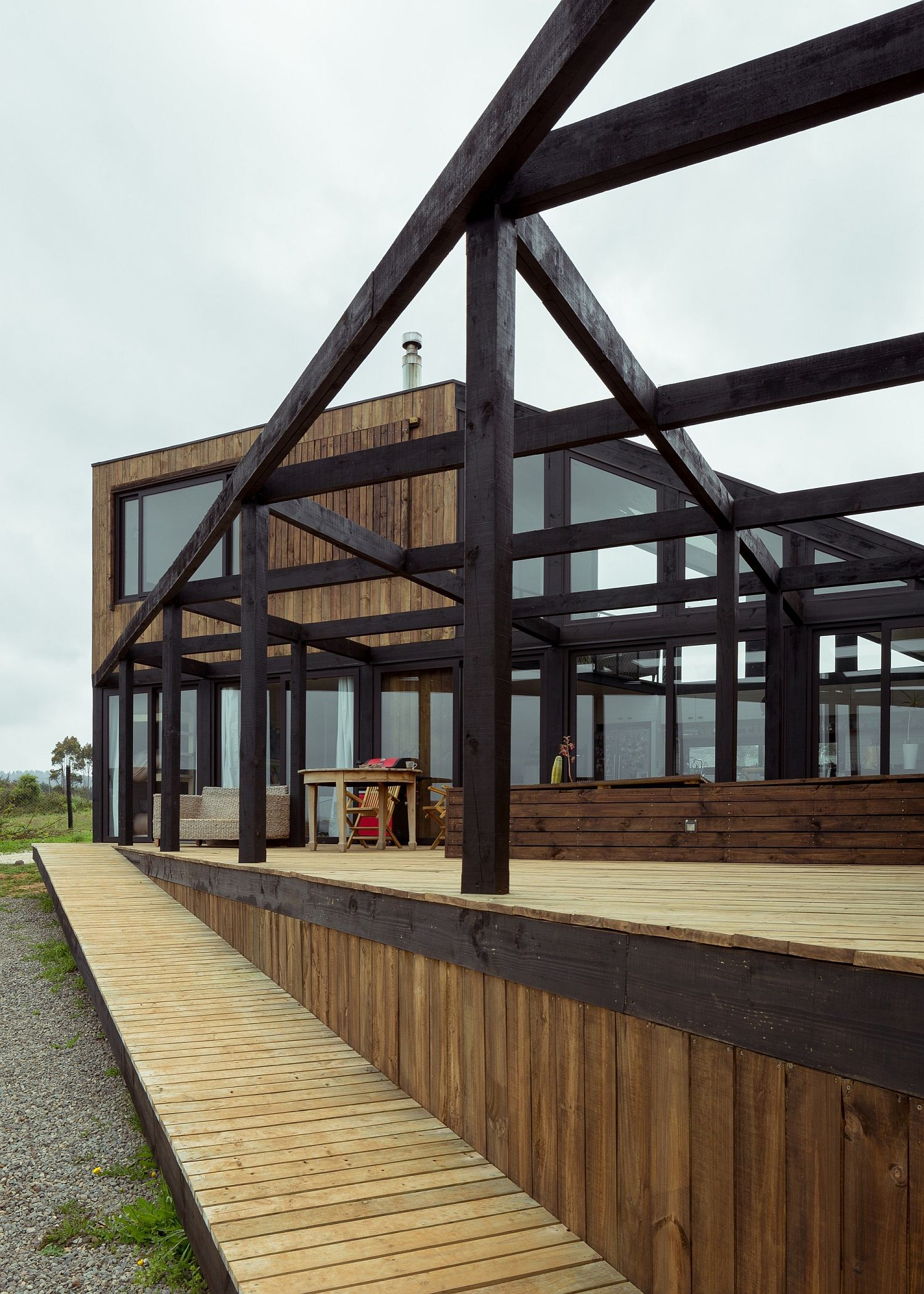 Stuctural-metal-beams-create-a-support-for-the-outdoor-courtyard