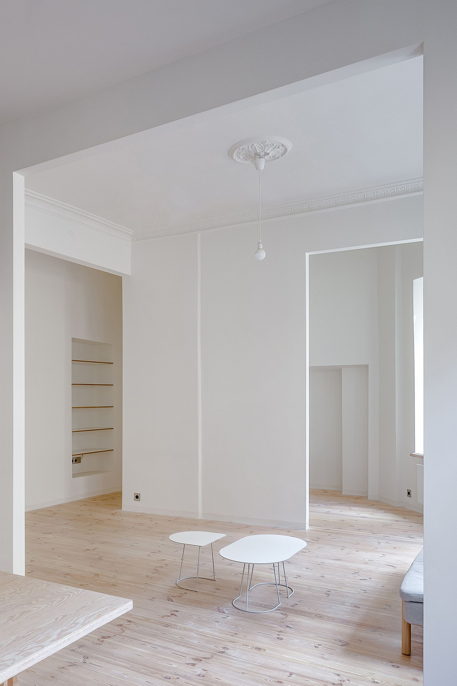 White and wood Young Family Apartment