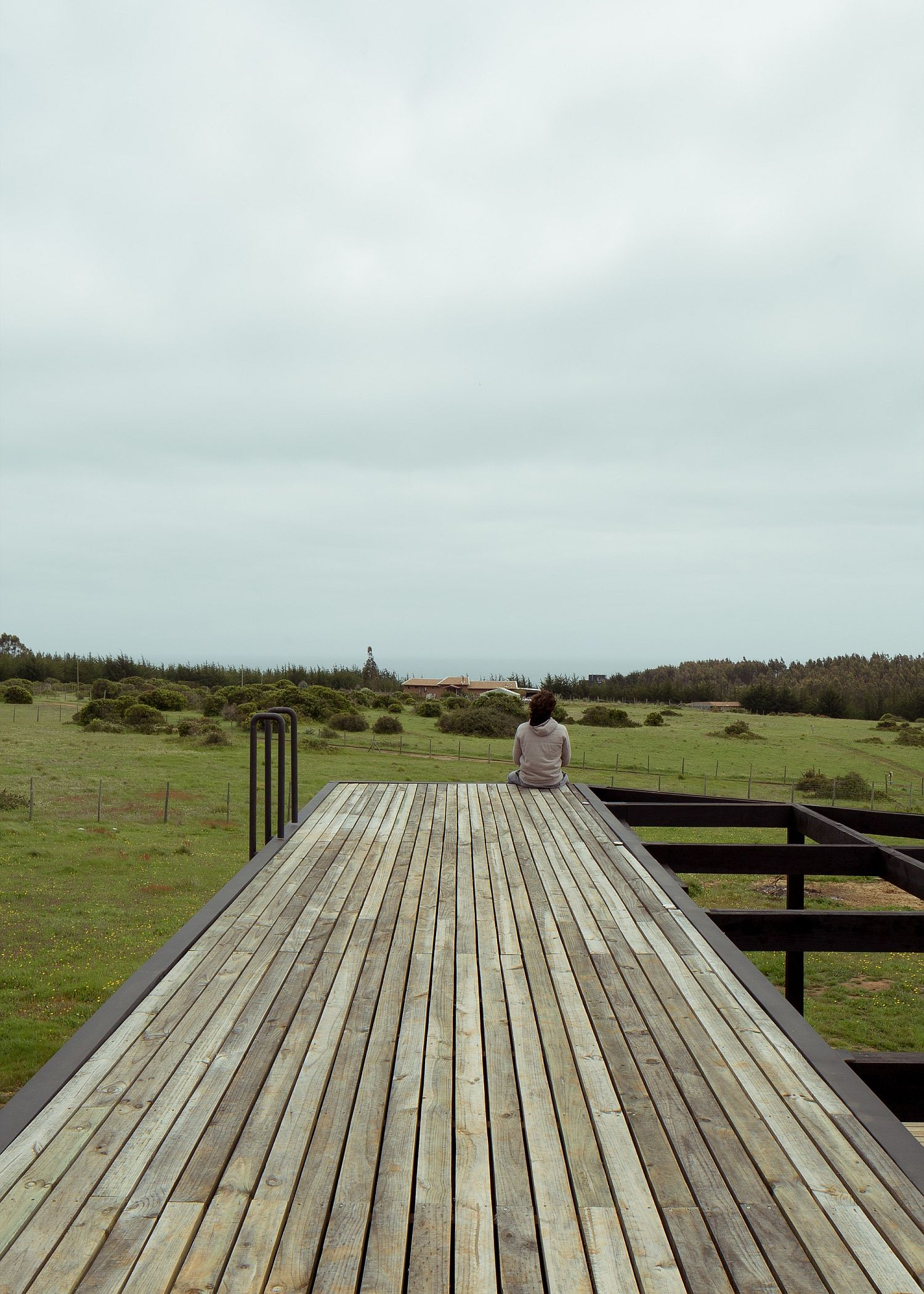 Wooden-deck-with-a-view-of-the-distant-ocean