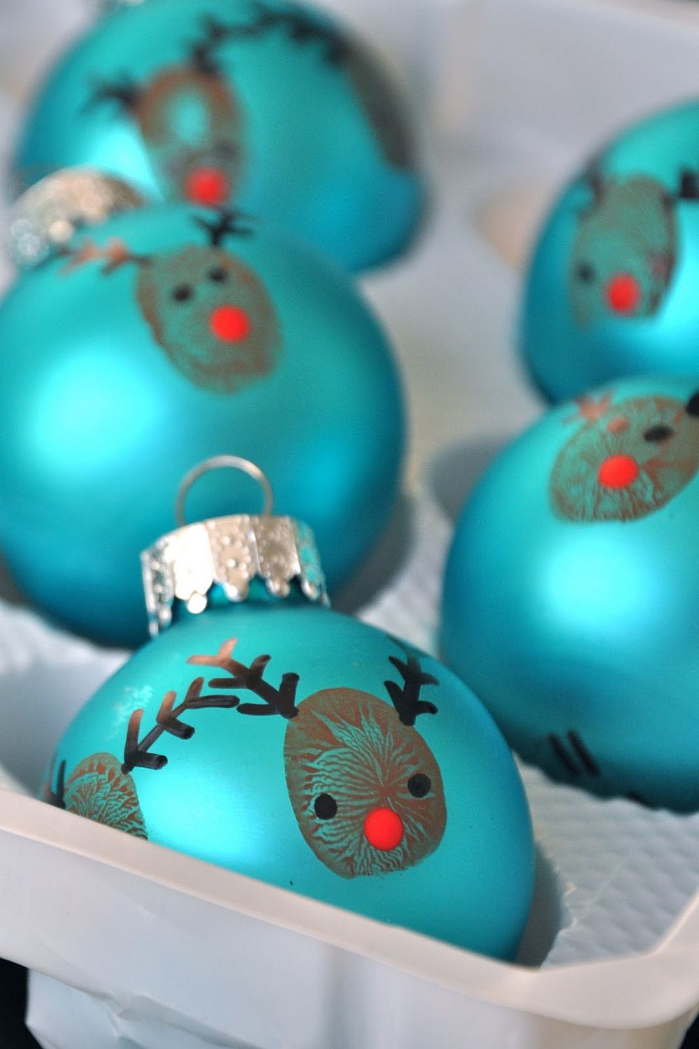 20-minute Christmas ornament crafting idea with reindeer motifs