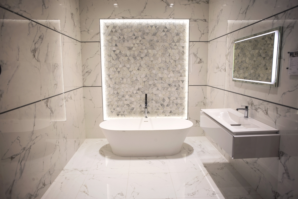 Bahtroom with marble-like ceramic tiles – Porcelanosa