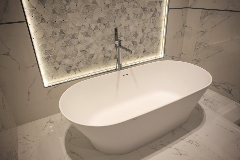 Bahtroom with marble-like ceramic wall and floor tiles – Porcelanosa