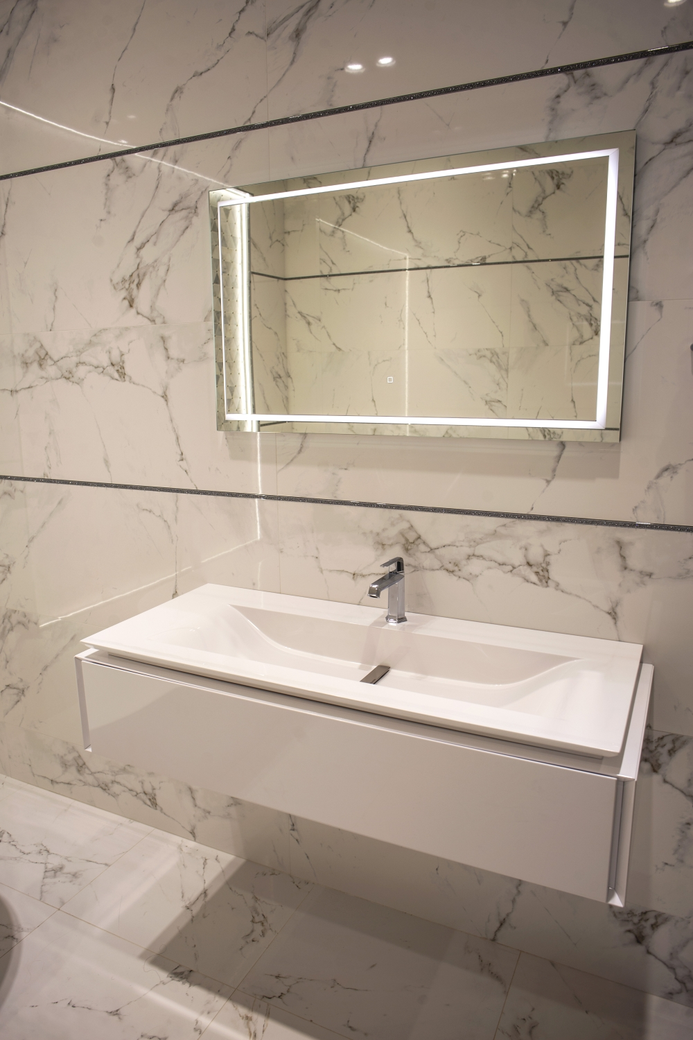 Bahtroom with marble-like ceramics – Porcelanosa