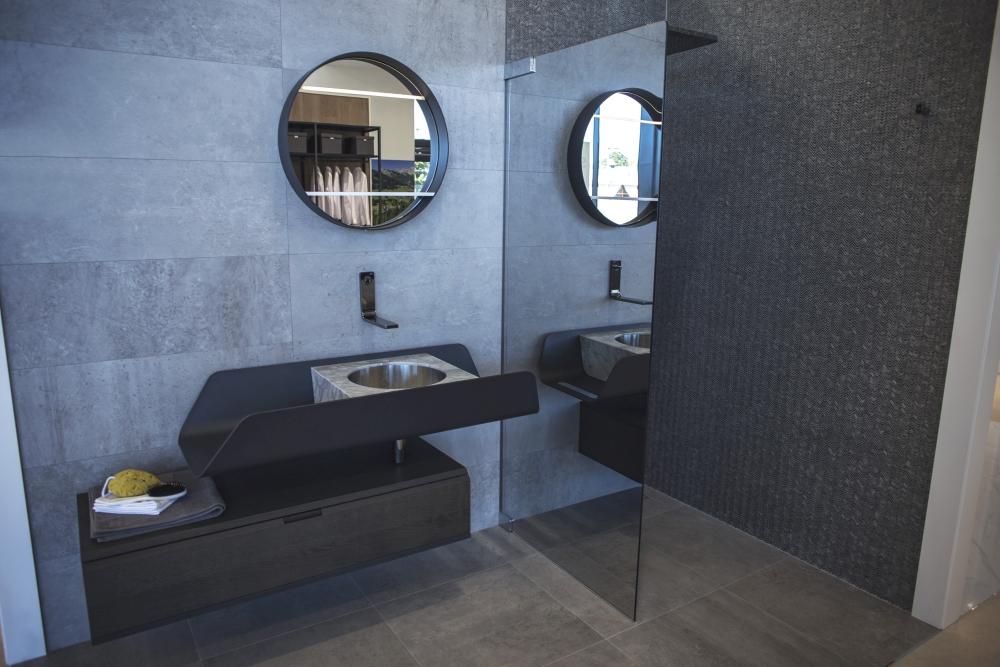 Beautiful dark themed bathroom design and tiles