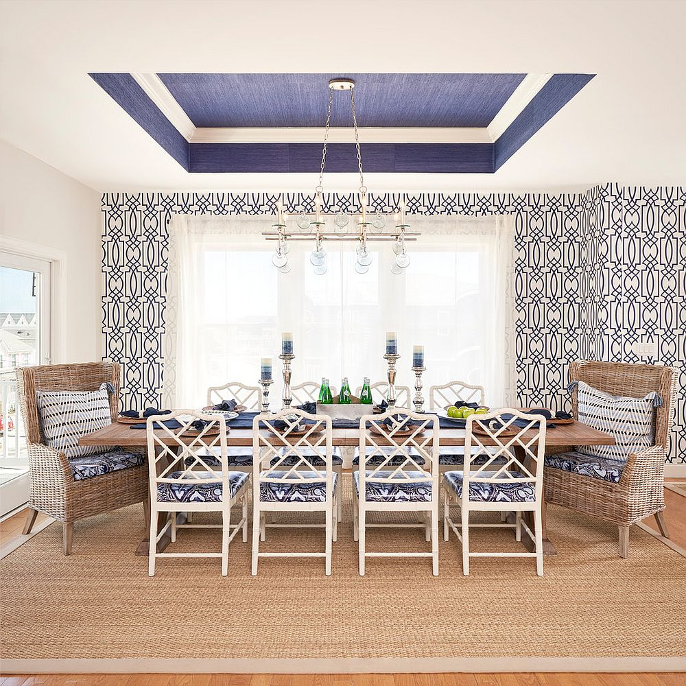Blue and white are the perfect colors for the beach style dining space