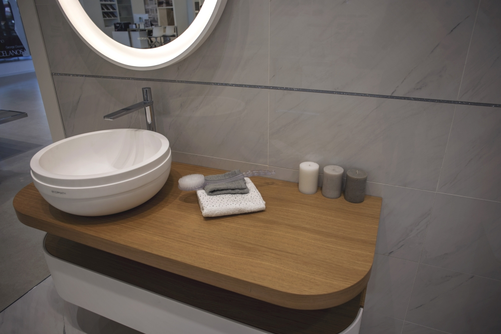 Curvy wash basin combined with grey ceramic tiles