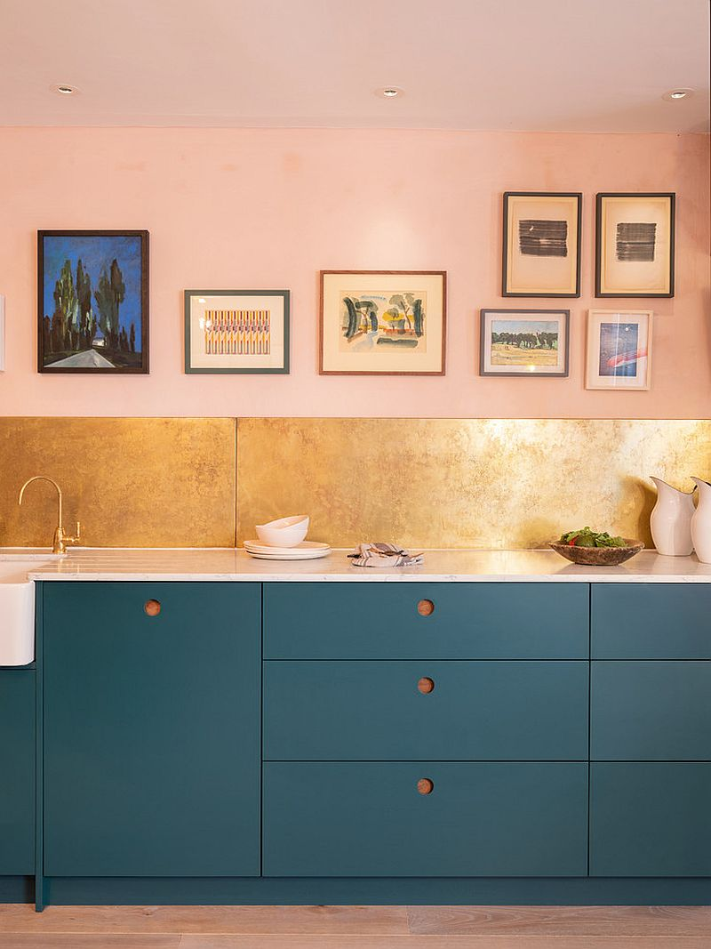 Dark blue and light pink make for a dashing combination in the kitchen