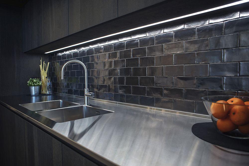 Glossy brick-like backsplash tiles in a modern dark kitchen – Porcelanosa