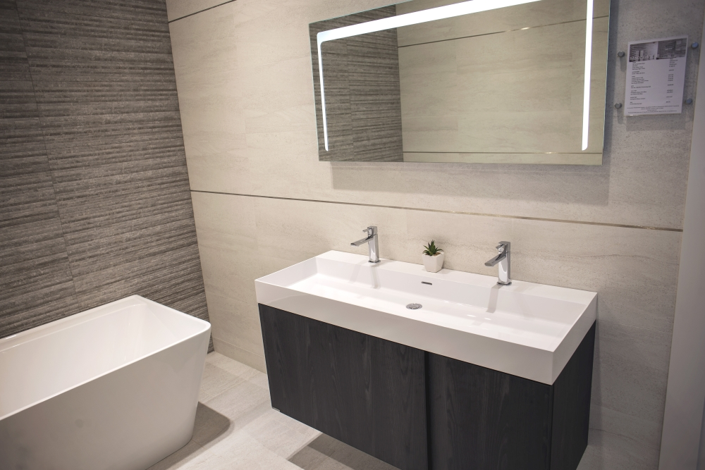 Modern bathroom design – black and white – Porcelanosa Reading