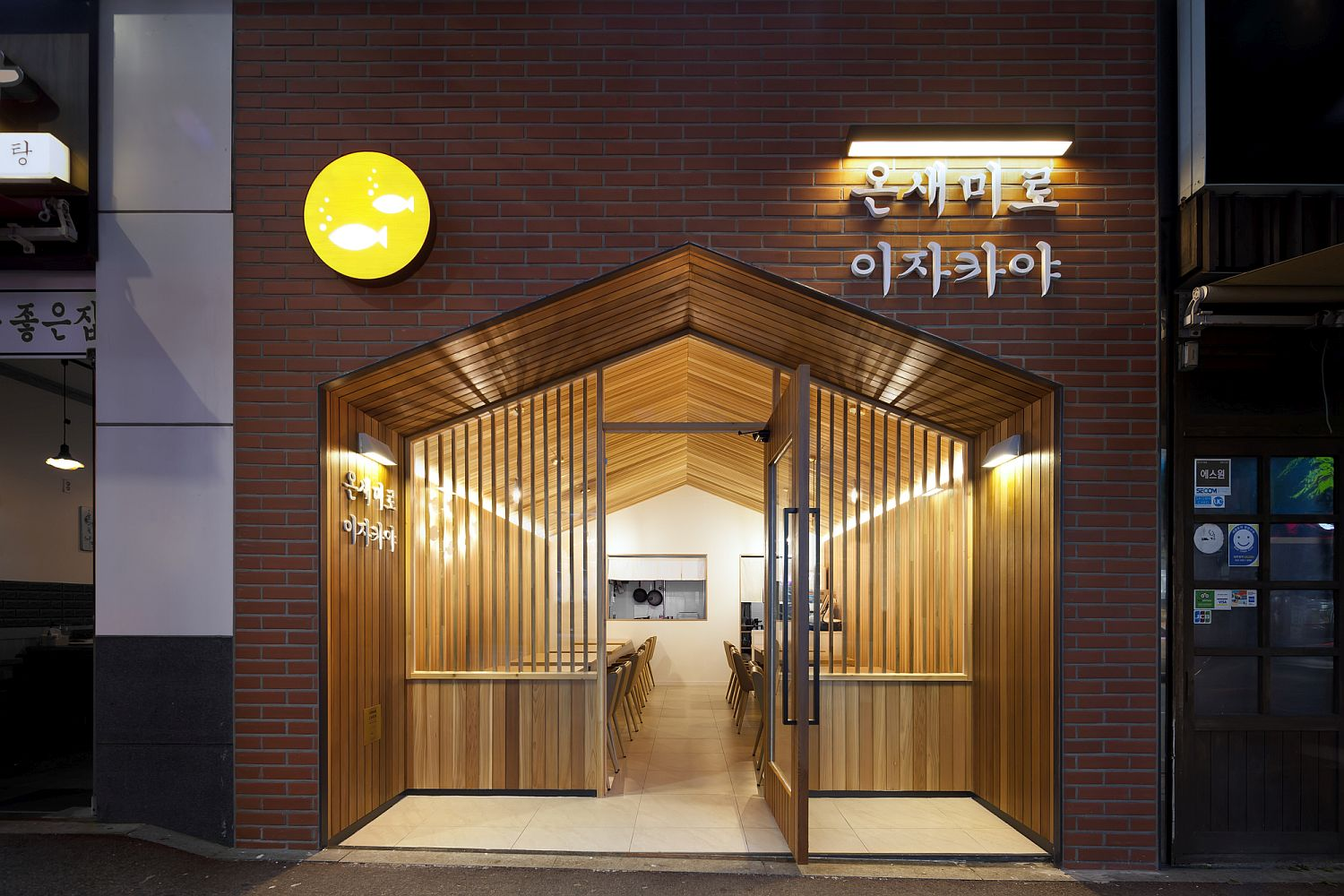 Urban Cabin: Small, Space-Conscious Restaurant with Cozy Modern Ambiance