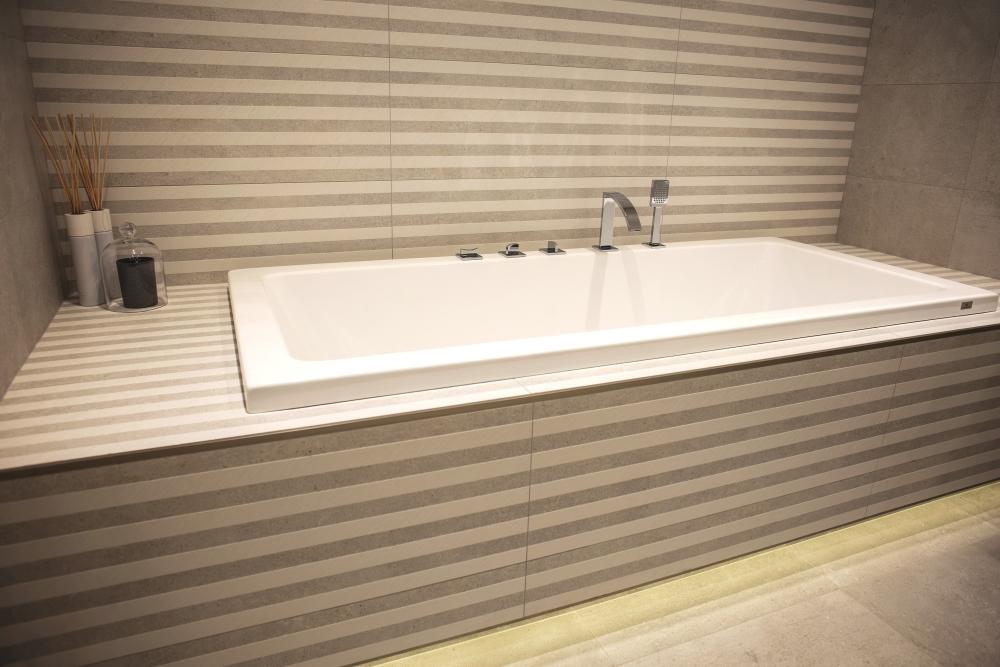 Striped wall tiles – Modern Porcelanosa bathroom