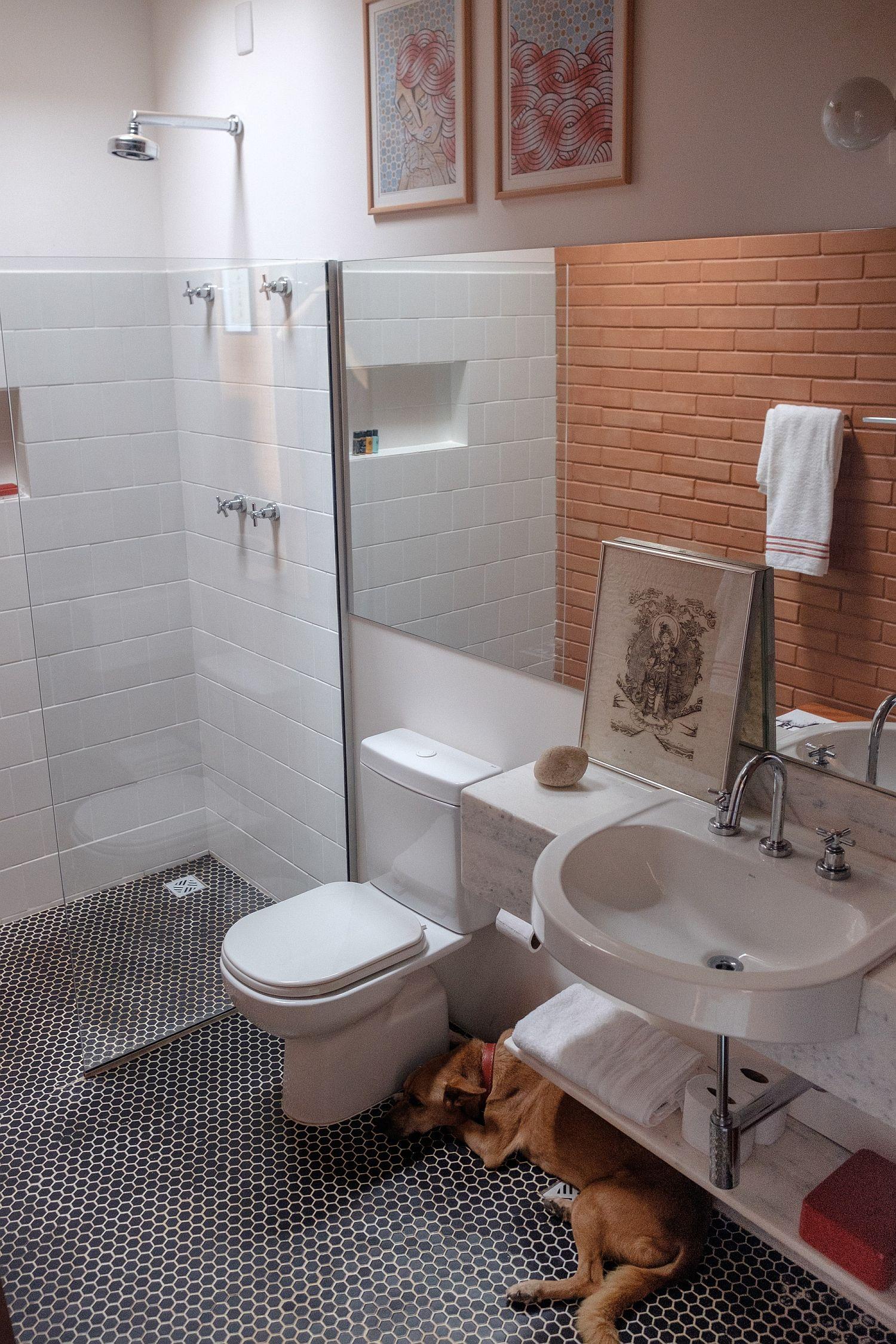 White and brick bathroom of the Brazilian home