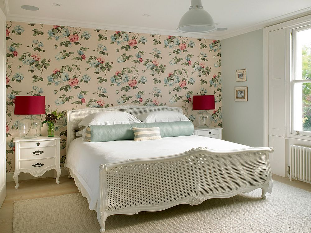 Accent wall with floral pattern for the tradtional bedroom