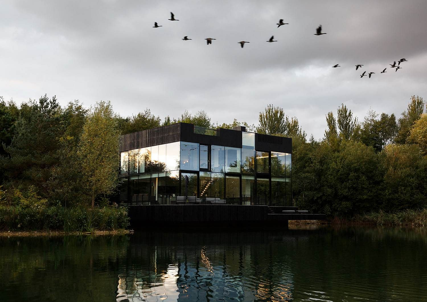 Transparent Brilliance: Sustainable Glass House on the Lake is an Absolute Dream!
