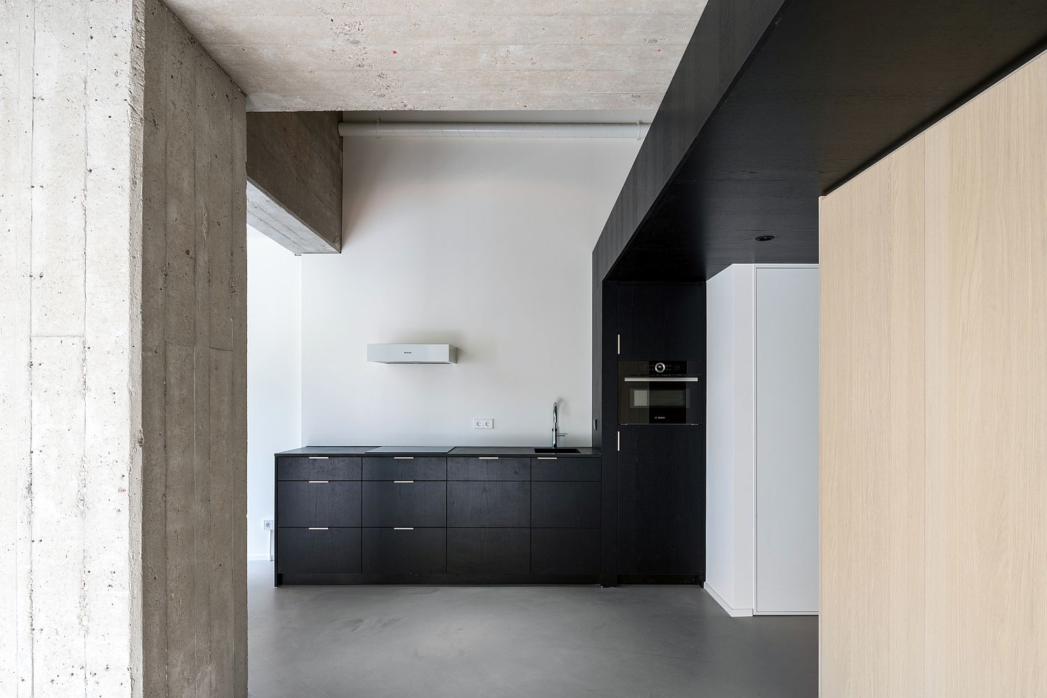 Black cabinets and shelves for the closed modern kitchen