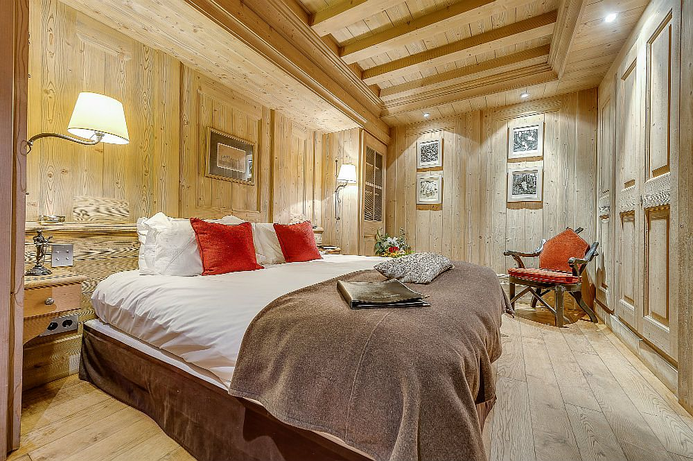 Comfortable and woodsy bedroom of Chalet Montana