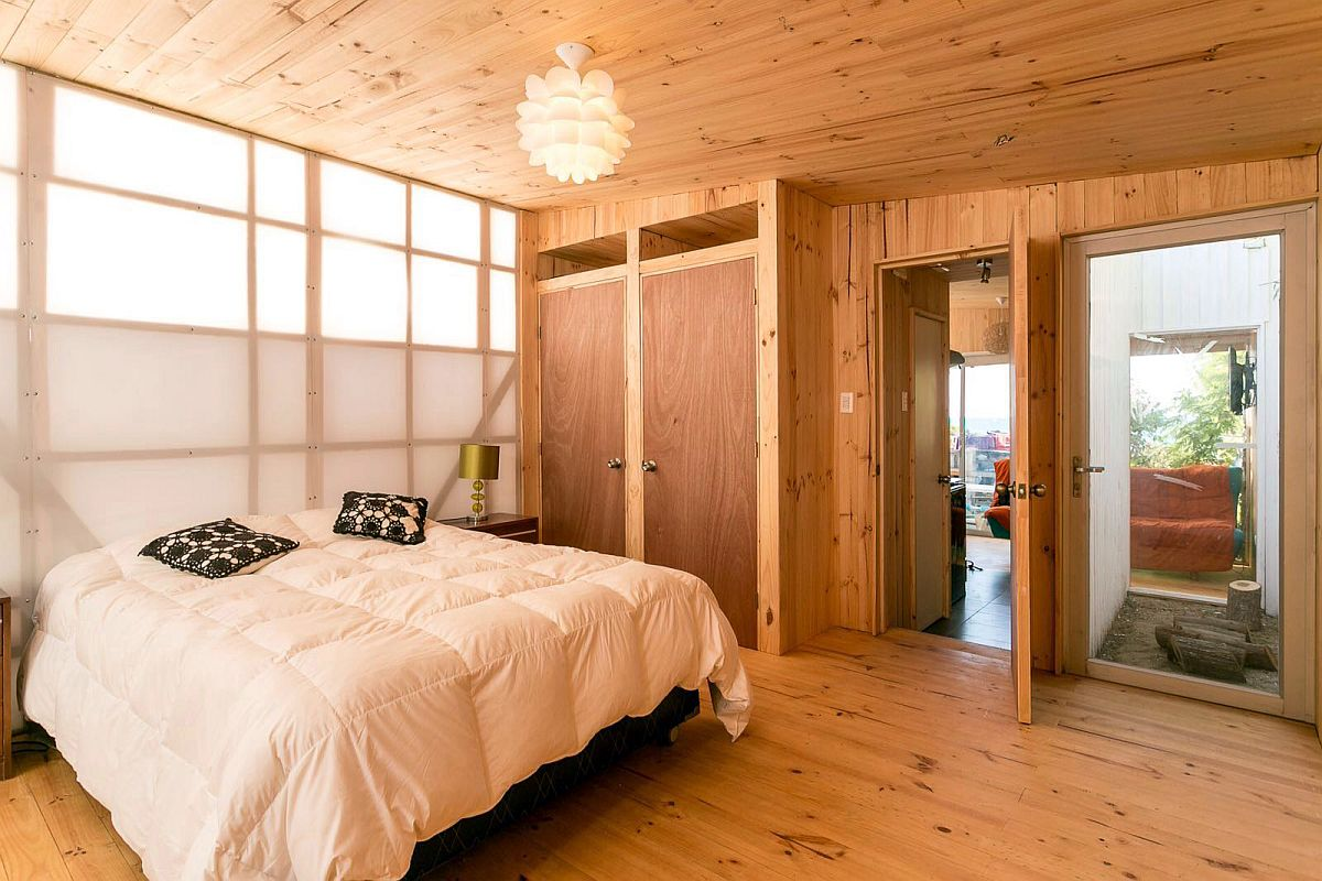 Cost-effective cabin design with a light-filled bedroom