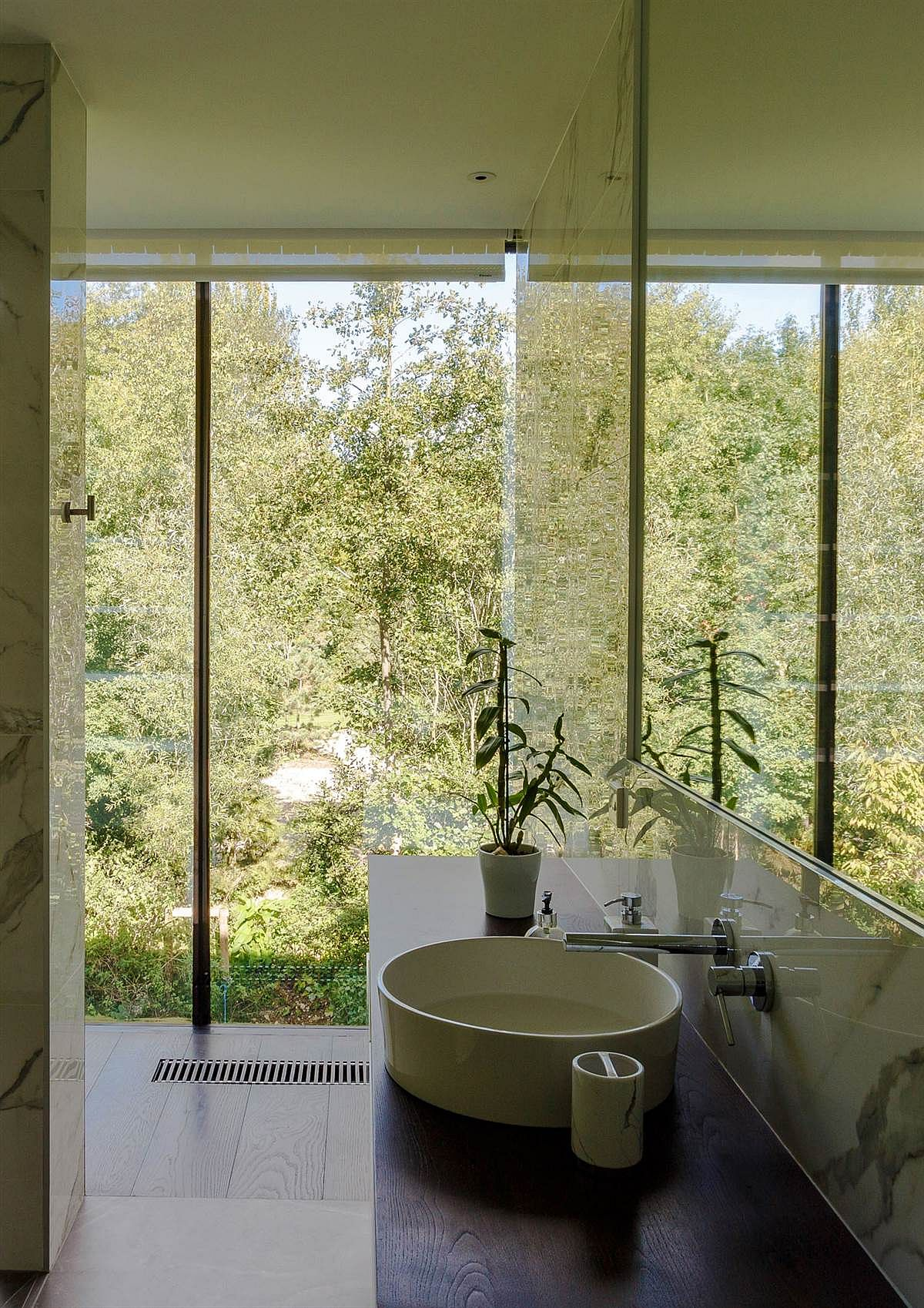 Even the bathroom opens up towards the landscape outside
