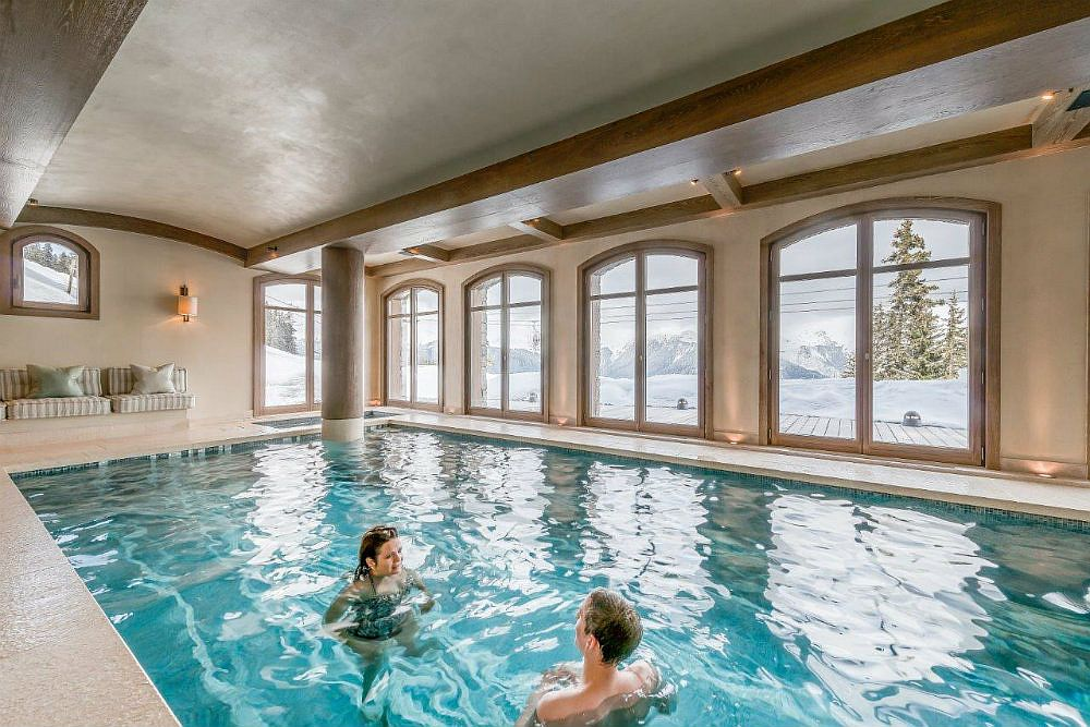 Heated indoor swimming pool and jacuzzi at the chalet