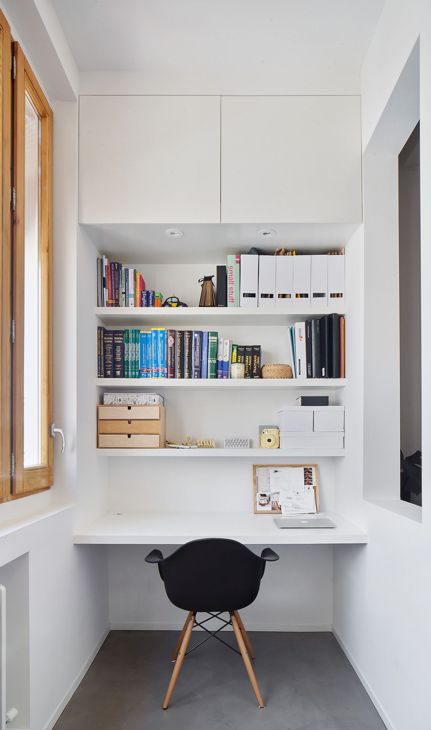 Home office in the corner in white with smart shelves