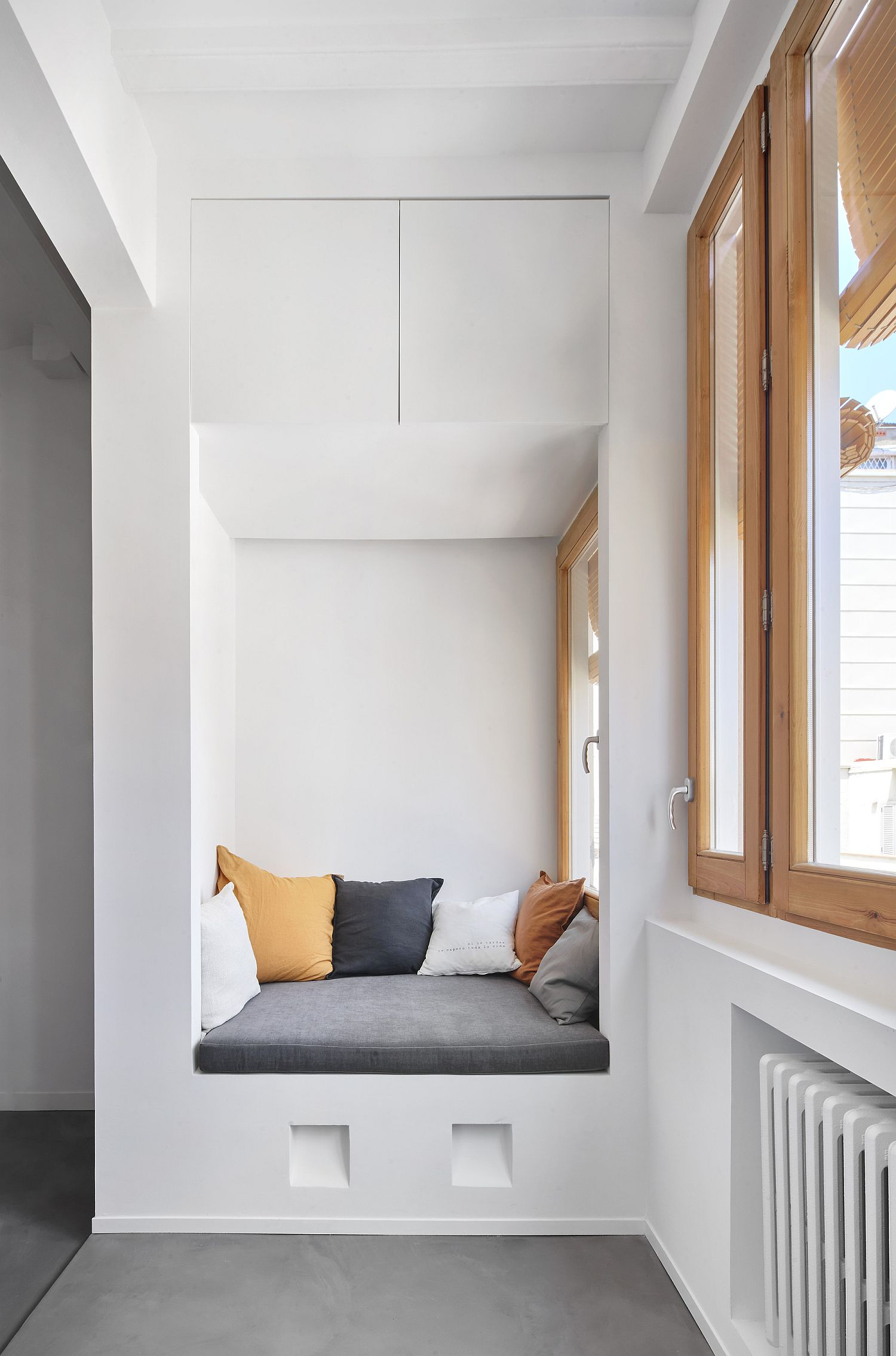 Niche-in-the-corner-with-cozy-seating-option