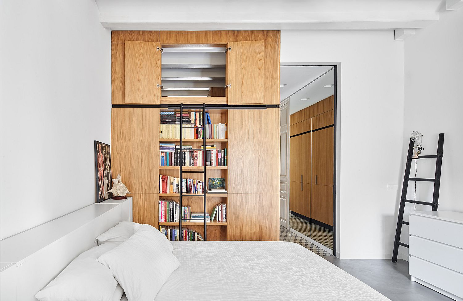 Shelves-and-cabinets-that-can-be-opened-and-closed-with-ease-inside-the-bedroom