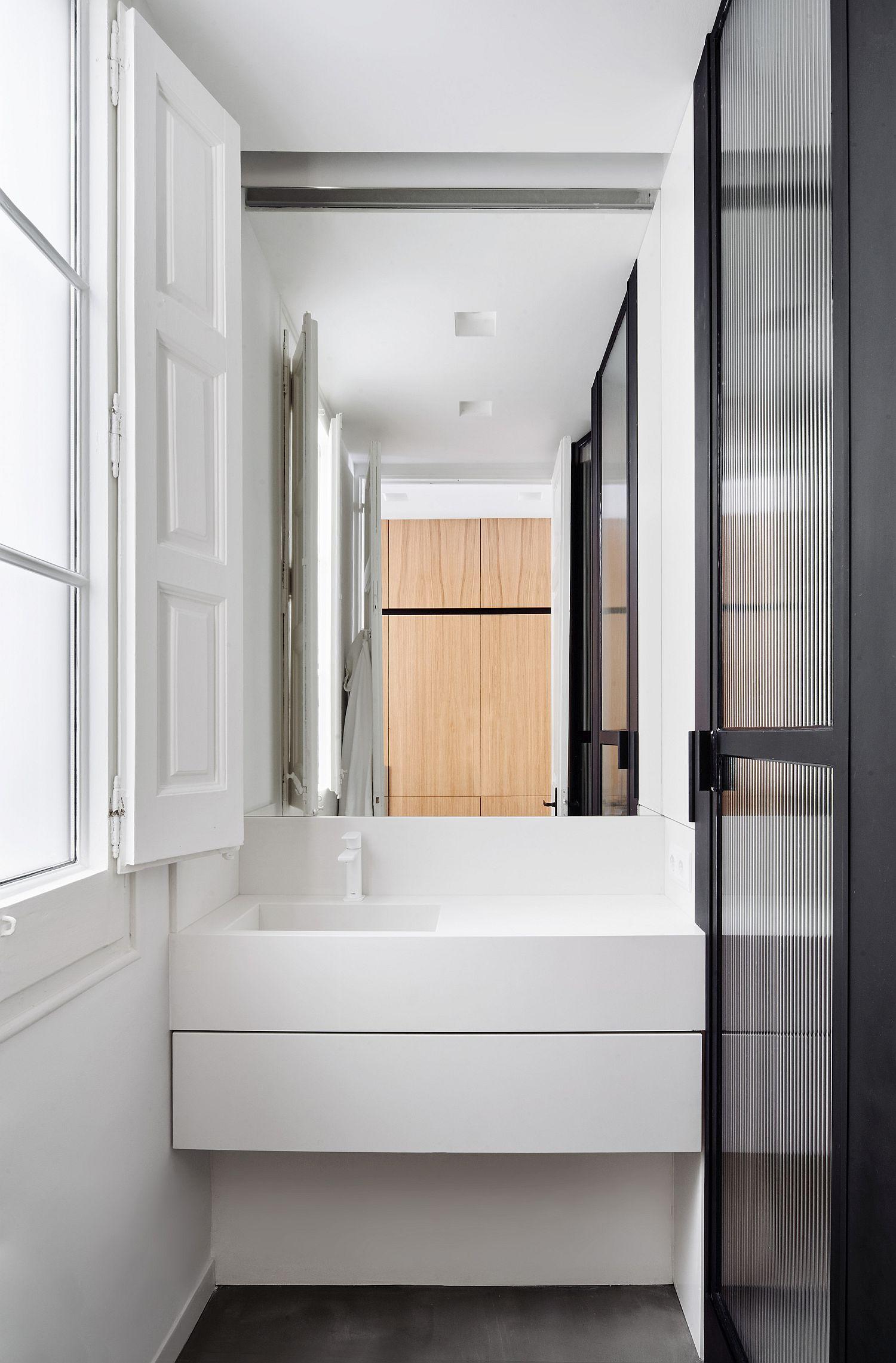 Small-contemporary-bathroom-in-white
