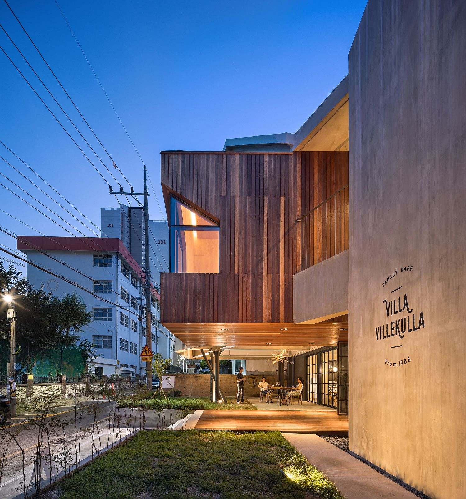 Smart-and-stylish-cafe-in-South-Korea-with-home-above